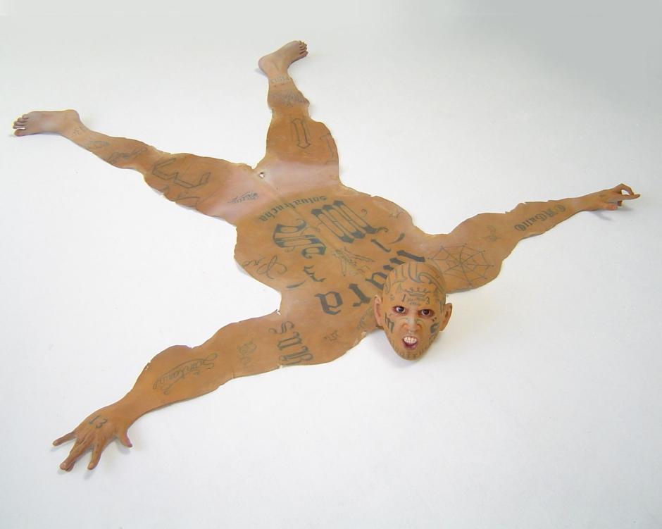 Vaciado en Poliester, cuero, esmalte acrílico, vidrio, lápiz de cera, óleo. 30 x 140 x 210 cm