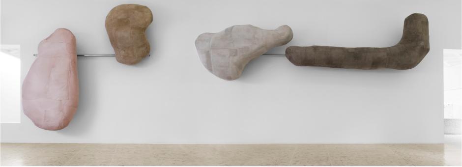 Chin up, 2015 Piel, resina epoxi, acero cromado y silicón.