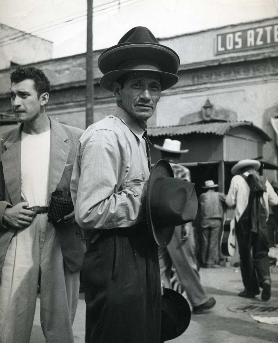 Fotógrafo no identificado. Vendedor de sombreros en una calle de la ciudad de México, años 1920. Colección fotográfica Carlos Monsiváis. Cortesía Museo del Estanquillo.