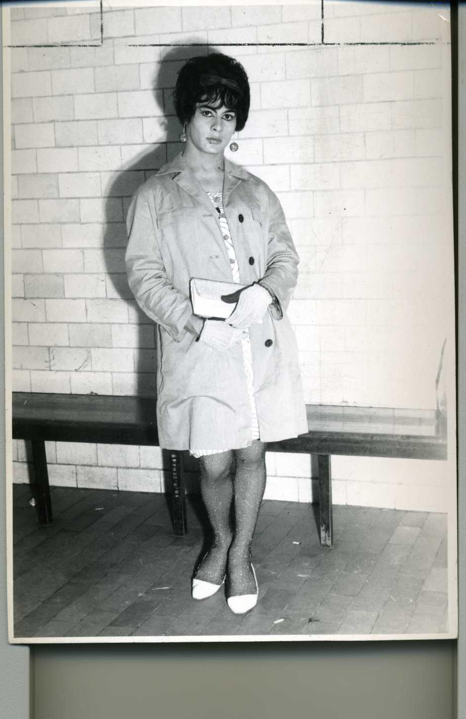 Devars Jr. Frente y vuelta del retrato de un travesti realizado para el Magazine de Policía. Ciudad de México, 1968. Colección fotográfica Carlos Monsiváis. Cortesía Museo del Estanquillo.