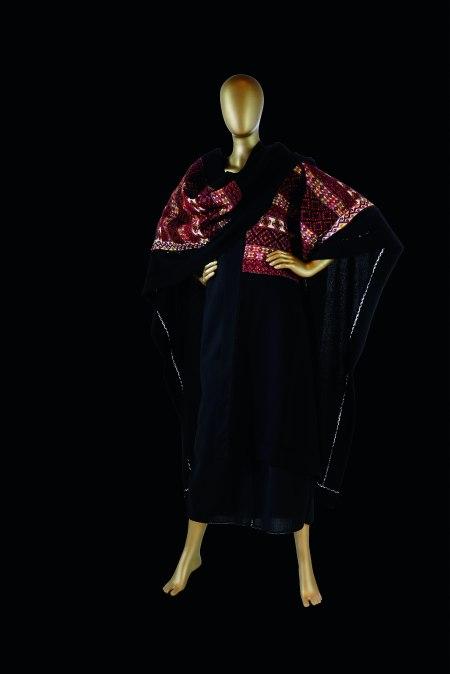 ©Arturo González de Alba. Beatriz Russek. Conjunto de pantalón Palazzo, vestido y capa, 1998. Col. Beatriz Russek