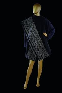 ©Arturo González de Alba. Carla Fernández. Abrigo Cobra, 2015. Textil de Rebozo de Tenancingo, Edo. de México. Col. Carla Fernández.