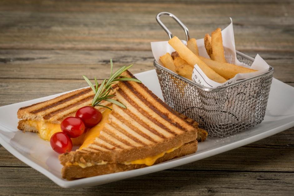 Sandwich queso gratinado.
