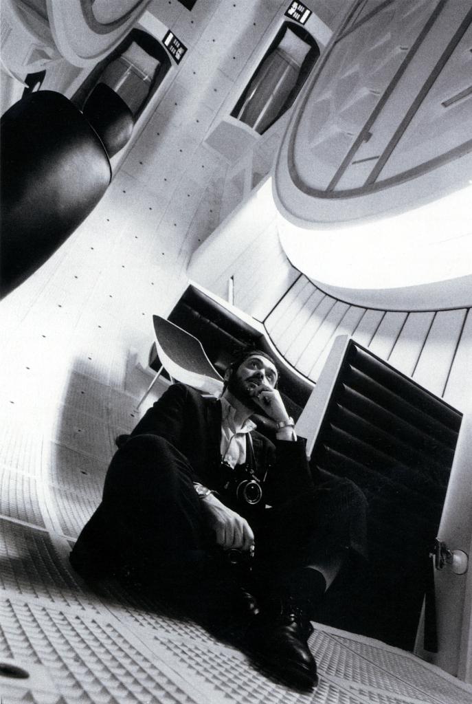 """2001: Odisea del espacio , dirigida por Stanley Kubrick (1965 – 68, Reino Unido / Estados  Unidos).  Stanley Kubrick en el interior de la nave espacial """"Discovery"""". ©  Warner Bros.  Entertainment Inc."""