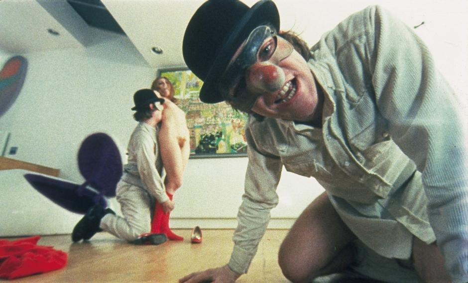 Naranja mecánica, dirigida por Stanley Kubrick (1970-71, Reino Unido/Estados Unidos).  Alex DeLarge (Malcolm McDowell) y sus drugos en el hogar del escritor, Mr. Alexander  (Patrick Magee).  © Warner Bros. Entertainment Inc.