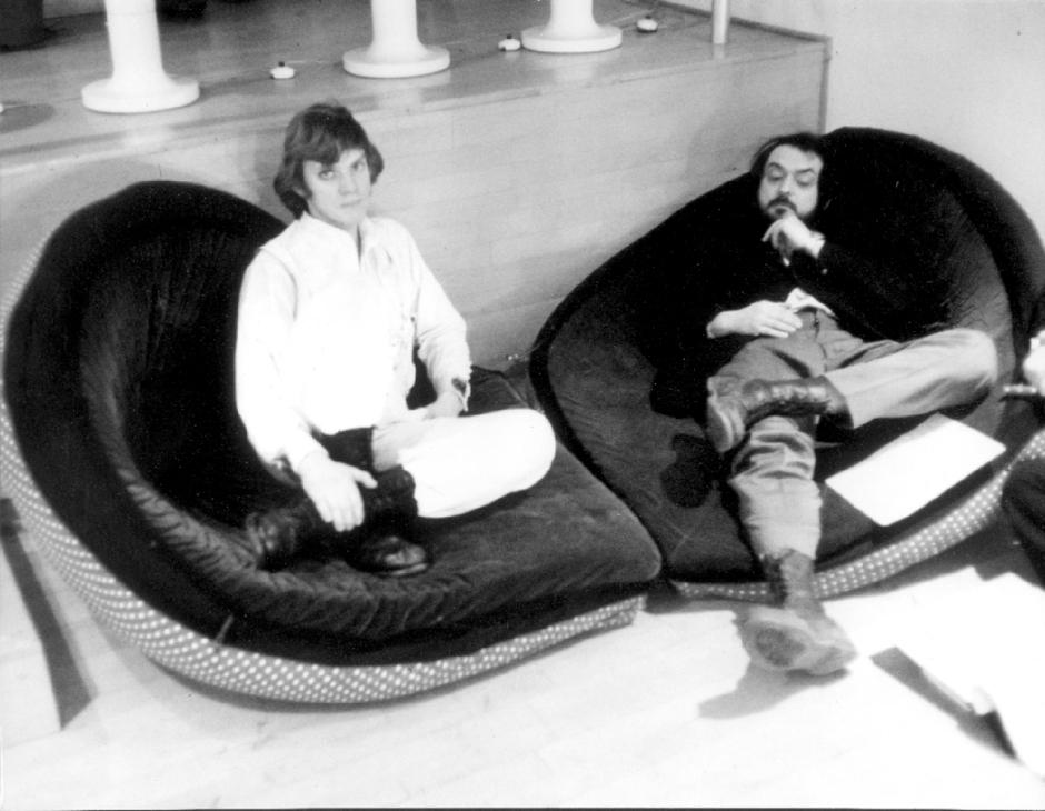 Naranja mecánica , dirigida por  Stanley Kubrick (1970 - 71, Reino Unido/Estados Unidos ). Malcolm McDowell y Stanley Kubrick en el set de la película.  © Warner Bros.  Entertainment Inc.