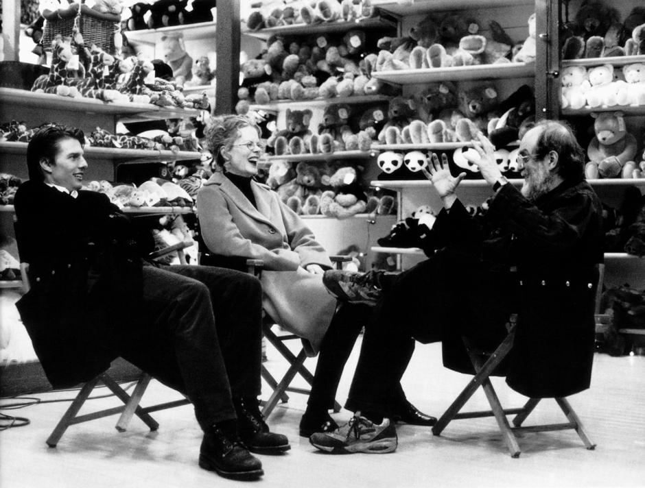 Ojos bien cerrados , dirigido por Stanley Kubrick (1999 , Reino Unido/Estados Unidos ).  Tom  Cruise, Nicole Kidman y  Stanley Kubrick  durante un  d escanso  en el rodaje de la película .  ©  W arner Bros. Entertainment Inc. Fotografía : Manuel Harlan