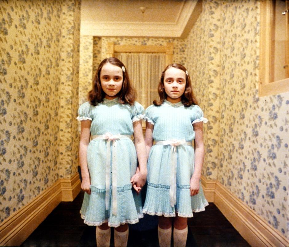 El resplandor , dirigido por Stanley Kubrick (19 80 , Reino Unido/Estados Unidos). Las hijas  de Grady, el antiguo cuidador (Lisa y Louise  Burns). © Warner Bros. Entertainment Inc
