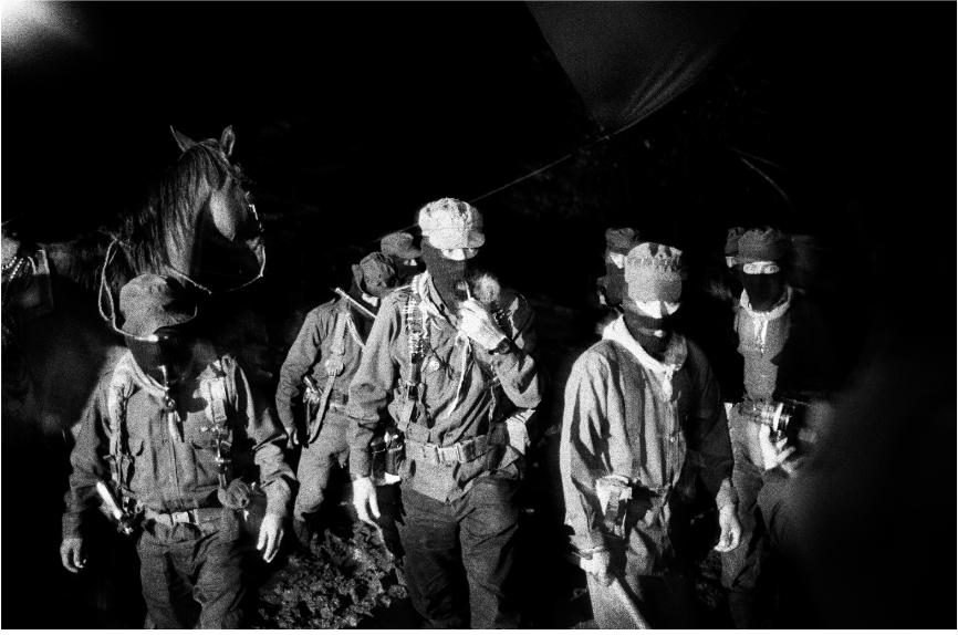 Mat Jacob. El Mayor Moisés, el Comandante Tacho y el Subcomandante Marcos (de izquierda a derecha), miembros del EZLN, durante el Primer Encuentro Intercontinental por la Humanidad y contra el Neoliberalismo . A la invitación de los zapatistas, miles de simpatizantes de México y del mundo entero se dan cita en Chiapas, en los poblados autónomos para encuentros y debates. La Realidad, agosto de 1996.