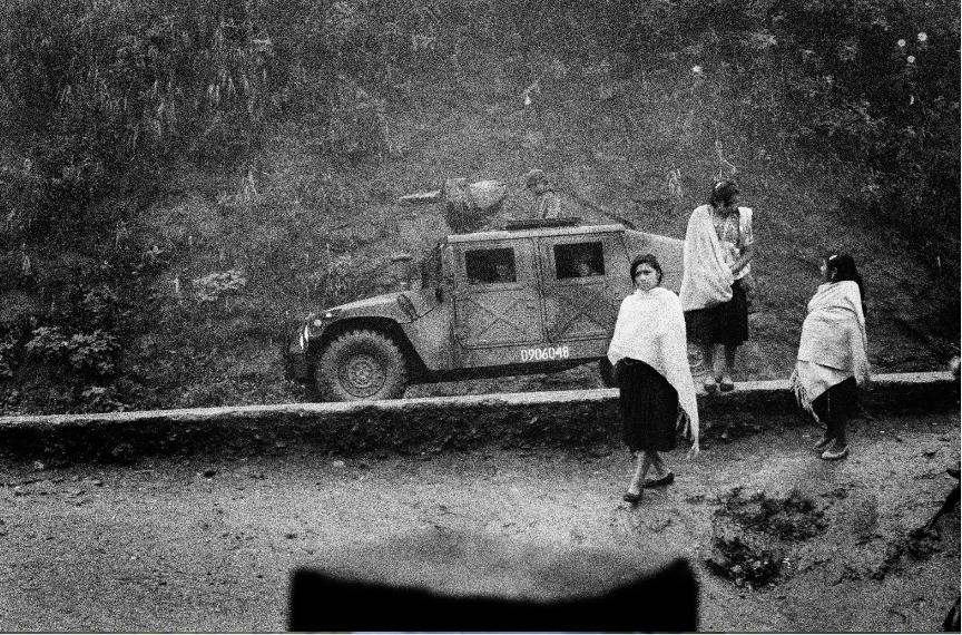Mat Jacob. Un convoy militar en la entrada del campo de desplazados de Polhó. Dos años antes de la masacre de Acteal, el ejército ocupa aún la región. Los paramilitares siembran el terror y dividen a los pueblos. Región de Los Altos, 25 de diciembre de 1999.